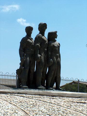 אנדרטה למגיני נגבה, 1953. פסל: נתן רפפורט (צילום: מיכאל יעקובסון)