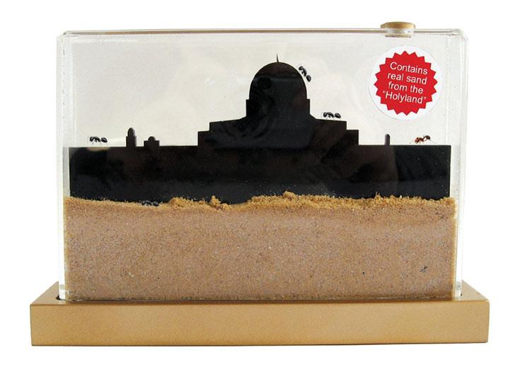 מחווה לאחת המזכרות הפופולריות מארץ הקודש: בקבוקי חול קטנים. כאן החול כולל עיר נמלים. עיצוב: מרב פלד ברזילי