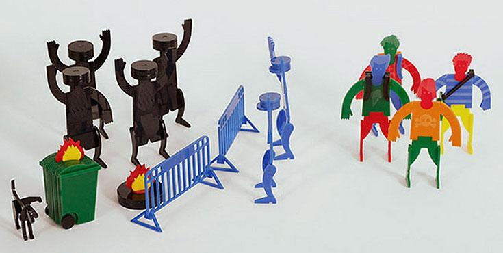 צעצוע של סיפור: מפגינים דתיים בירושלים, שוטרים וצמיגים בוערים, עשויים פרספקס. עיצוב: שי לניר ועדי ורבין, DVIVO design (צילום: אביב נווה)