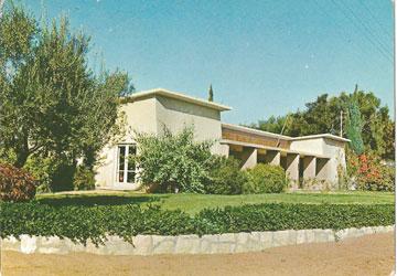 בכל יישוב קטן יש ''יד לבנים'', למשל בכפר ויתקין (באדיבות ארכיון אדריכלות ישראל)