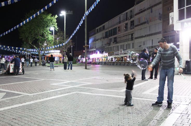 הולכי רגל מרגישים בנוח, למרות המכוניות שחוצות את הכיכר (צילום: עידו ארז)