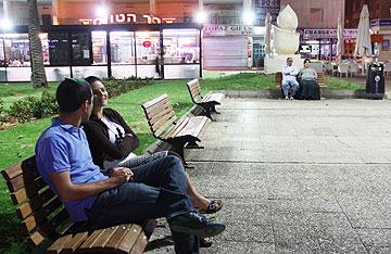 יושבים בכיכר. כולם כאן (צילום: עידו ארז)