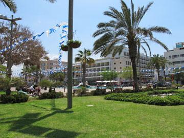 בין העיר לבין הים: כיכר העצמאות (צילום: מיכאל יעקובסון)