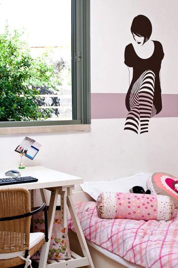 חדר של נערה מתבגרת. המדבקה בצבע חום, שהוא אחד מצבעי כיסוי המיטה. הפס הסגול נלקח מצבעי הטקסטיל שבחדר. (צילום:)
