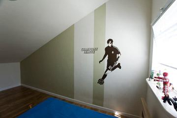 חדר בעליית גג עם מדבקת כדורגלן (צילום: רני לוריא )