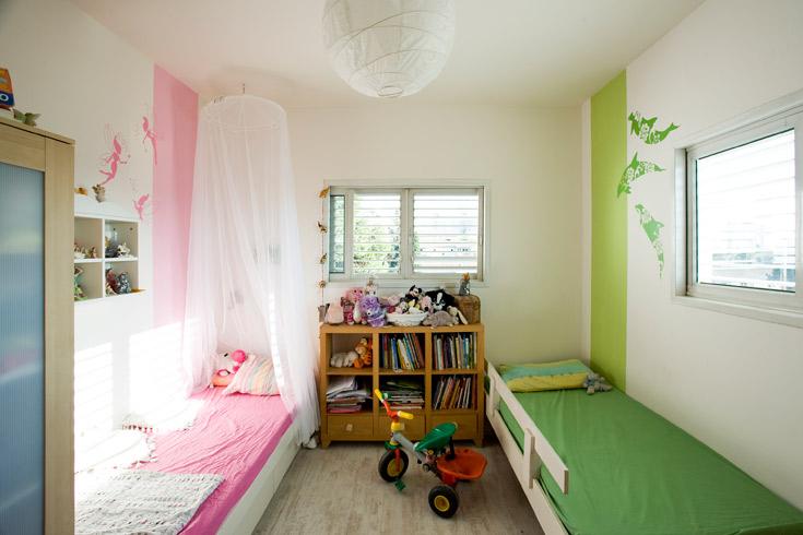 בחדר משותף לבן ובת נסו ליצור יחודיות לכל ילד וילדה על ידי צבע ומדבקה. כאן המדבקות באותו צבע כמו הפס, רק בטון חזק יותר (צילום: רני לוריא )