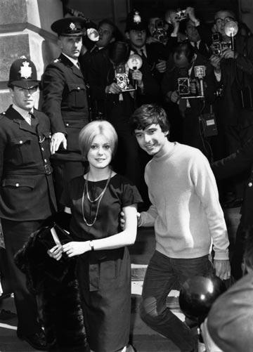 ביילי וקתרין דנב בחתונתם, 1965. נישאו אחרי היכרות של שלושה חודשים (צילום: gettyimages)