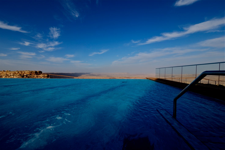במים לא חסכו כאן. הבריכה המרכזית צופה על מכתש רמון, ובחלק מהחדרים יש בריכה פרטית (צילום: איתי סיקולסקי )