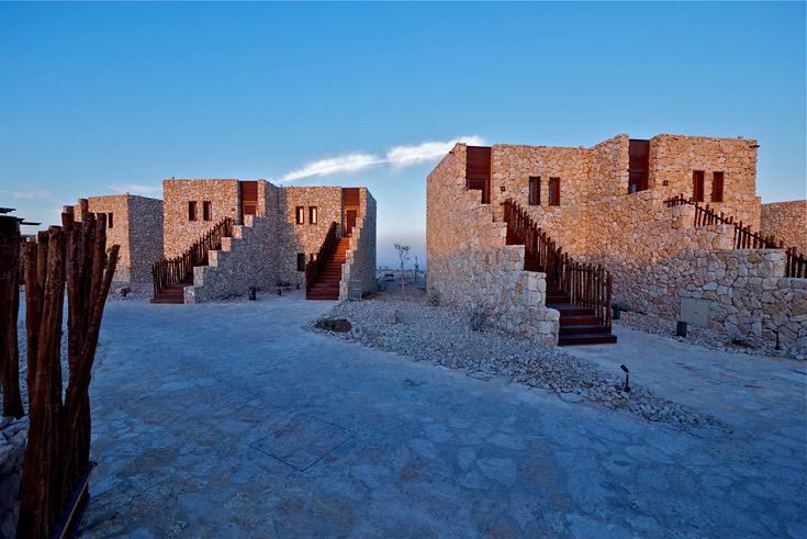 המלון בנוי ככפר נופש. לצד המבנה המרכזי יש מקבצים של וילות אבן, שנשקפות מהכביש הראשי ומשקיפות גם הן כמובן על המכתש (צילום: איתי סיקולסקי )