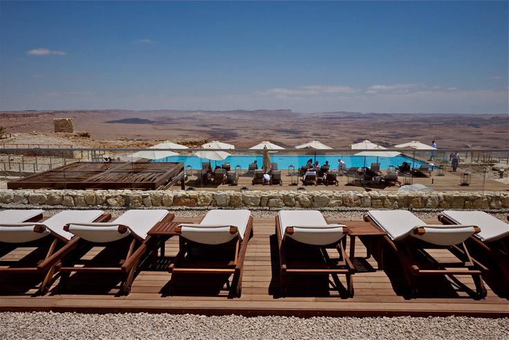 בריכת השחייה של המלון ערוכה לשילוש הקדוש: שמש חזקה, אוויר יבש, נוף למכתש (צילום: איתי סיקולסקי )