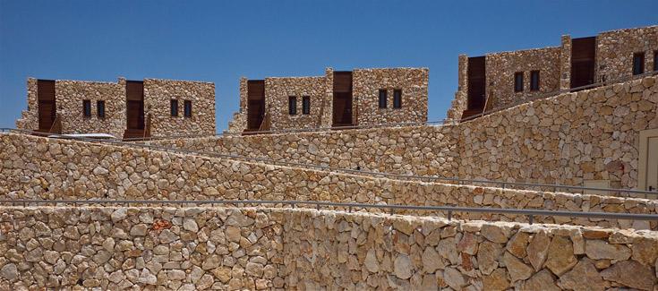 מבט נוסף על מקבצי הווילות. שימוש מאסיבי באבן מקומית (צילום: איתי סיקולסקי )