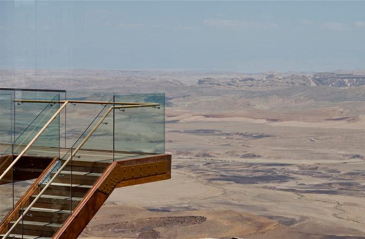 אף אדריכל לא יצליח להתחרות בדבר האמיתי, ומוטב לא לנסות. המרפסת שמשקיפה למכתש רמון, שהוא תופעת טבע נדירה (צילום: איתי סיקולסקי )