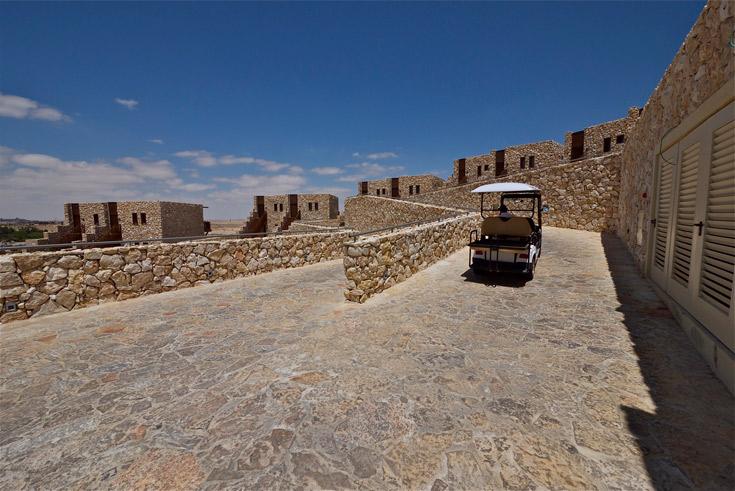 זיכרונות מהאדריכלות הוותיקה של ישראל, ובעיקר בנגב: אבן מקומית, בנייה נמוכה ופשטות (צילום: איתי סיקולסקי )