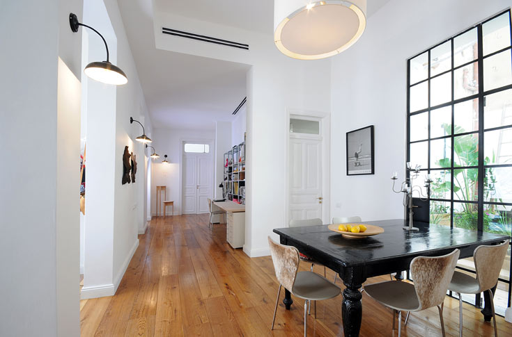 """''במקור היתה הדירה מחולקת לחדרים-חדרים, בצורה המאפיינת בנייה ערבית'', מספרת אביגיל גורן, בעלת הדירה. """"רצינו לשמור על המבנה. גם חששנו לשבור יותר מדי, בגלל שמדובר בבית ישן"""". כדי להכניס אור ואוויר לדירה הוכפלו פתחי החדרים. מי שעומד בקצה אחד של הבית יכול לראות עד קצהו השני (צילום: נעמה כנפו, סטודיו Architype)"""