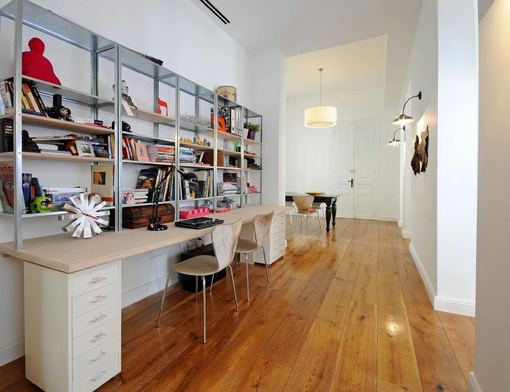 הפרוזדור הרחב מכיל בנוחות שולחן עבודה ארוך ומדפים (צילום: נעמה כנפו, סטודיו Architype)
