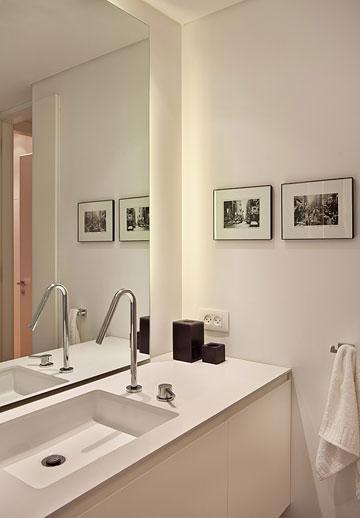 בחדר הרחצה אמבטיה שטוחה עם ראש גשם מפנק. זה החדר היחיד עם רצפה: אריחים במראה בטון, בגודל מטר על מטר (צילום: סטודיו יונתן בלום)
