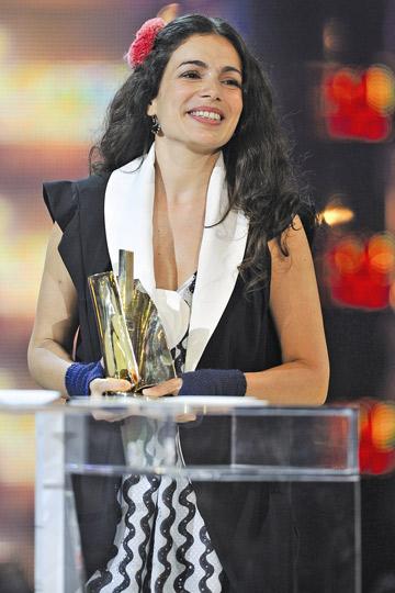 הביסה את ונסה פאראדי. מקבלת את פרס זמרת השנה בצרפת  (צילום: gettyimages)