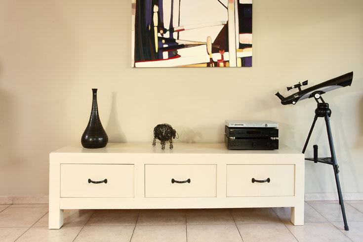 כאשר משפצים רהיטים, חשוב להכין אותו היטב לפני הצביעה עצמה, ולא לדלג על אף שלב. עבודה יסודית תעניק מראה של מוצר חדש לגמרי (צילום: דן פרץ)
