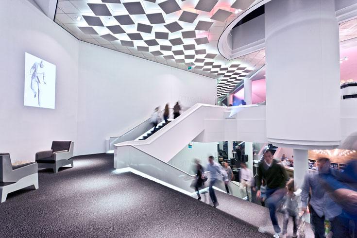 צבעונית שנעשית פסיכדלית ככל שמתקדמים לאולם עצמו, והתקרה המרצדת מתווה את כיוון הקהל ומאיצה בו להיכנס (צילום: Frank Tielemans)