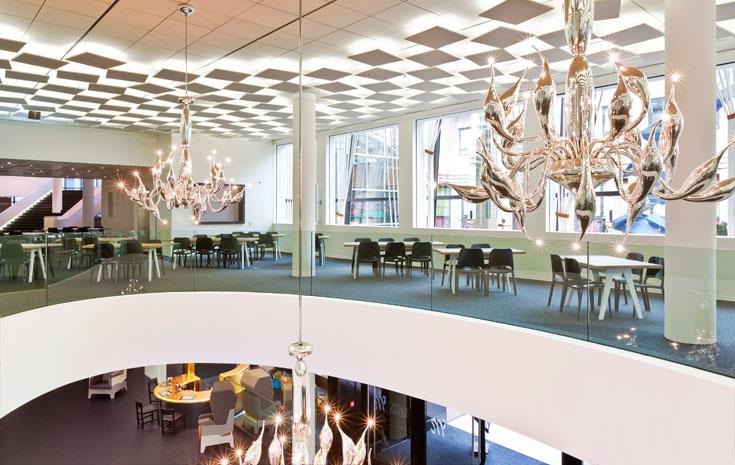 שתי השכבות של התקרה מאפיינות גם את האולם עצמו, וגם מספקות פתרון אקוסטי (צילום: Frank Tielemans)