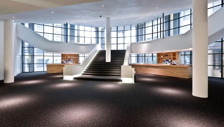 צבעוניות רגועה יחסית בקומת הכניסה, בהשראת כלי הקשת של התזמורת (צילום: Frank Tielemans)