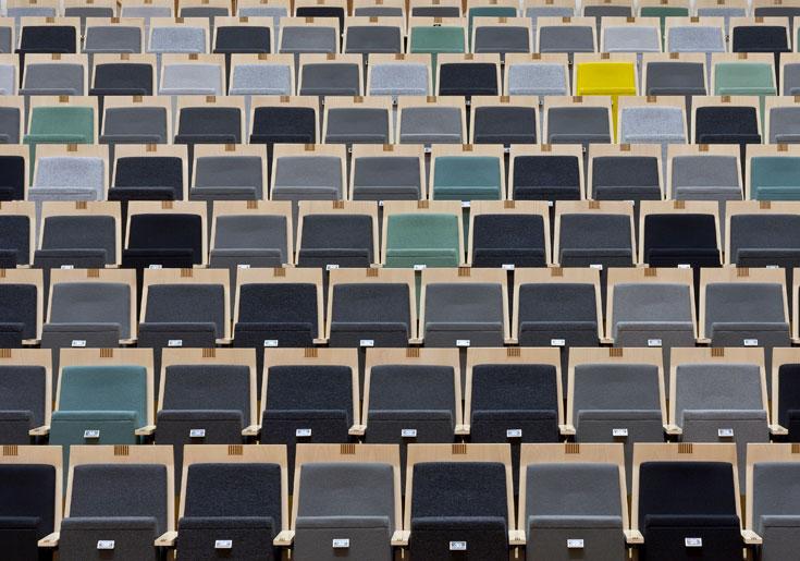 האשליה האופטית: גם כשהאולם לא מלא, נדמה למי שמופיע שהוא כן, משום שהמושבים קיבלו צבעים אקראיים שמדמים קהל (צילום: Frank Tielemans)