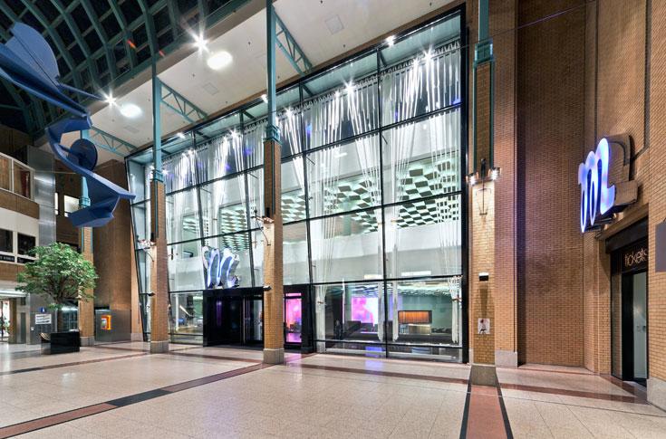 הכניסה לאולם הקונצרטים (קונצרטחבאו) המחודש באיינדהובן. אור וצבע שמושכים קהל בלי קשר להופעה עצמה (צילום: Frank Tielemans)