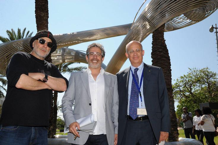 בביקורו האחרון בארץ, חנך ארד (משמאל) את הפסל ''קשר'' בקמפוס אוניברסיטת תל אביב. עכשיו יהיו גם משקפיים (צילום:ישראל הדרי)