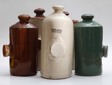 בקבוקי מים חמים מחרס. פחוסים בצד אחד (באדיבות גלריה בורדו)