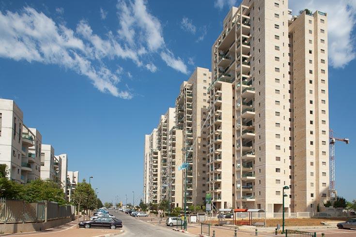 פסגות אונו. האדריכל אלי מאיוס שאף להעניק חיים לשכונה, ולשלב בין מגורים לתעסוקה, מסחר ופנאי. בינתיים זה לא מתגשם (צילום: טל ניסים)