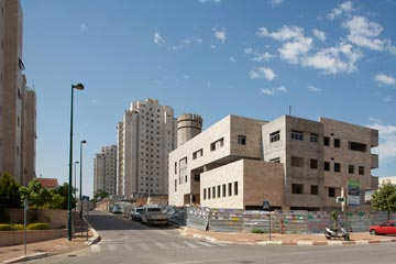 השכונה. בניין העירייה ייחנך בכניסה אליה, בקיץ (צילום: טל ניסים)