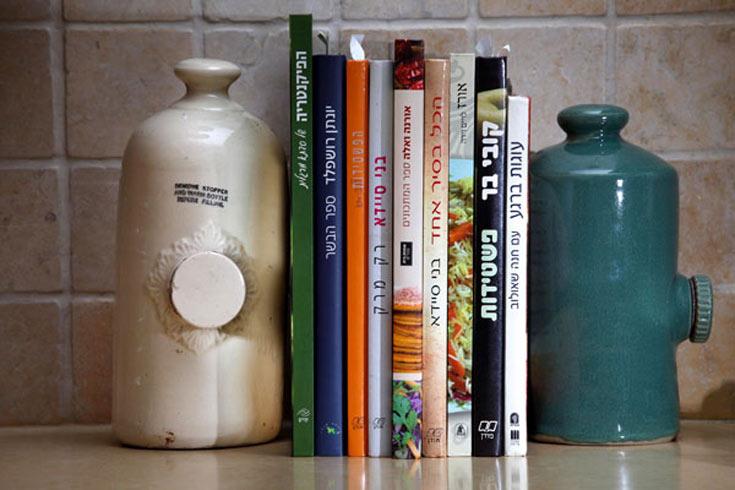 בקבוקי המים של פעם יכולים לשמש כחפץ קישוטי, כמחזיק ספרים, ואפילו כמעצור לדלת (באדיבות גלריה בורדו)
