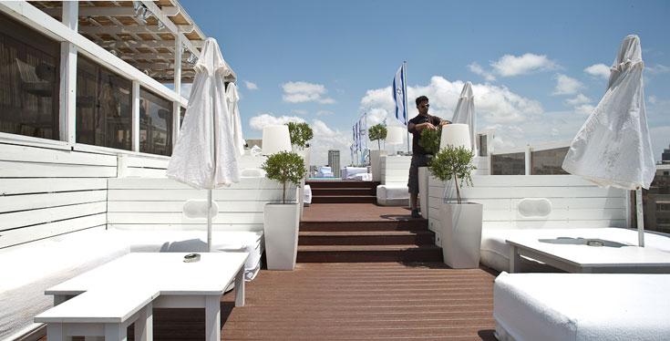 הפינוק המרכזי של המלון: הגג הפתוח עם הבריכה, שלושת הברים ודק העץ שמשקיפים על תל אביב, יפו והחופים (צילום: טל ניסים)