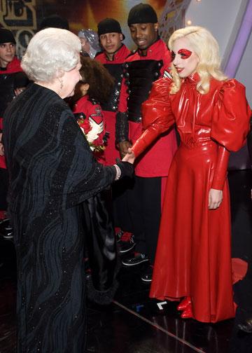 פוגשת את המלכה אליזבת. אי אפשר להתעלם ממנה (צילום: gettyimages)