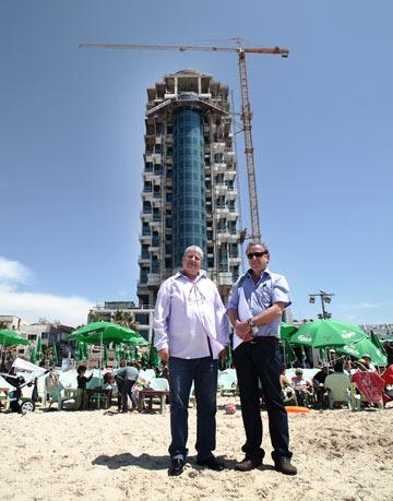 האדריכלים על רקע המגדל: יגאל פירפלד (מימין) וישראל רוזיו (צילום: אמית הרמן)