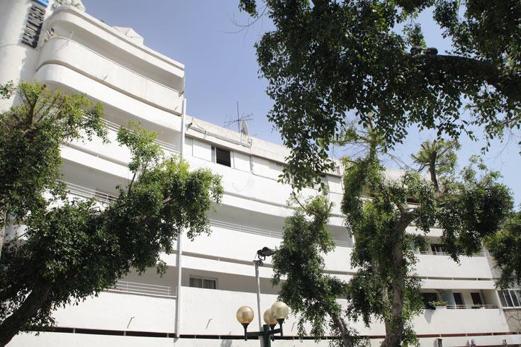 הבניין בכיכר דיזנגוף 4, שעובר עכשיו שימור מחמיר. המרפסות עם הקווים המעוגלים מזרימות אוויר קר פנימה, ופולטות אוויר חם החוצה (צילום: אמית הרמן)
