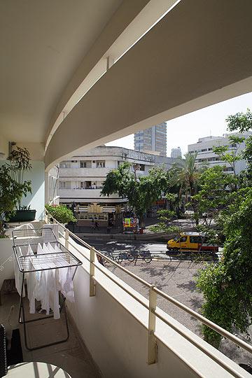 מבט מהמבנה המשתפץ אל הכיכר (צילום: אמית הרמן)