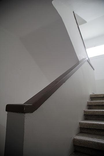 חדר המדרגות בבניין המשופץ (צילום: אמית הרמן)