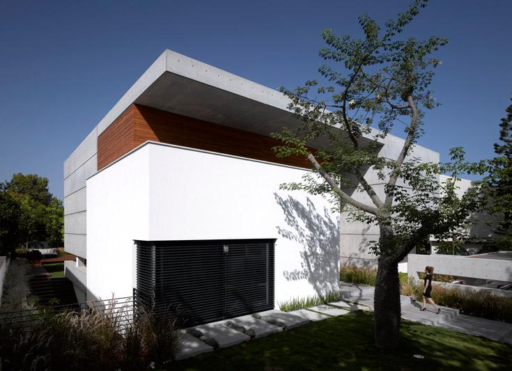 המקום: עיר בשרון. מטראז': 450 מ''ר על מגרש של דונם, בתכנון האדריכל פיצו קדם. מסת בטון חשוף, חרוצה פתחים אופקיים ואנכיים (צילום: עמית גרון )