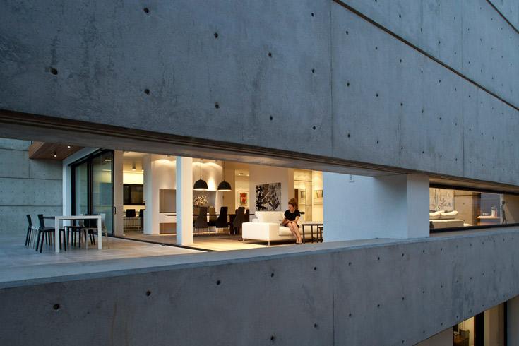 את קיר הסלון חוצה פתח אופקי ארוך, שנדמה ''כאילו הוא מבטל את קו הגבול בין הפנים לחוץ'', מסביר קדם (צילום: עמית גרון )