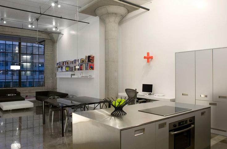 בעלת הבית מעידה שהאי במטבח הוא מקום ההתכנסות הטבעי. לארונות גימור אלומיניום ומשטחי העבודה עשויים נירוסטה (צילום: Sharon Risedorph)