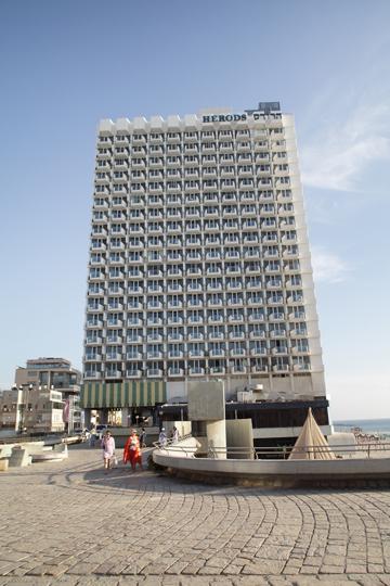 כיכר אתרים (ומלון הרודס ברקע). מה הייתה מעורבותם של בעלי עסקים בתחרות? (צילום: אמית הרמן)