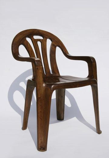 ''כסא פלסטיק מעץ'', של מארטן באס (באדיבות גלריית Contrasts שנגחאי-סין)