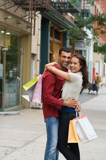 בתמונה: זוג מאושר, בעיקר כי הוא לא הפריע לה בשופינג ובא לעזור לה לסחוב בסוף (צילום: thinkstock)