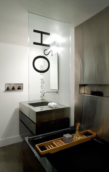 אקסלרוד עשתה שימוש באלמנטים גרפיים: מדבקות עם סמל שירותים על הדלת, מדבקת אופניים בחדר הילדים, מדבקתH2o  בחדר הרחצה ומדבקה בצורת ברקוד בחלון המטבח (צילום: Sharon Risedorph)