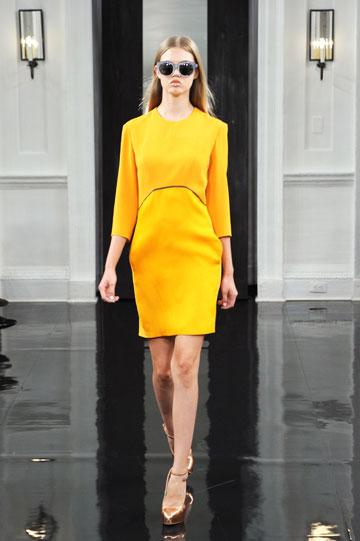 אותה שמלה בעיצובה של ויקטוריה בקהאם, הפעם על המסלול. יוצרת לעצמה מלתחה (צילום: gettyimages)