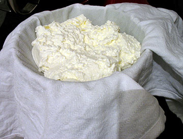 צריך רק קערה ובד לסינון - ויש לכם גבינה בזול (צילום: בישול בזול)