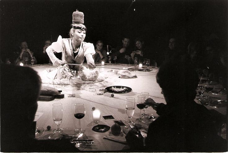 תמר רבן, מתוך ''דינר דרס: סיפורים על דורה''. השמלה כשולחן