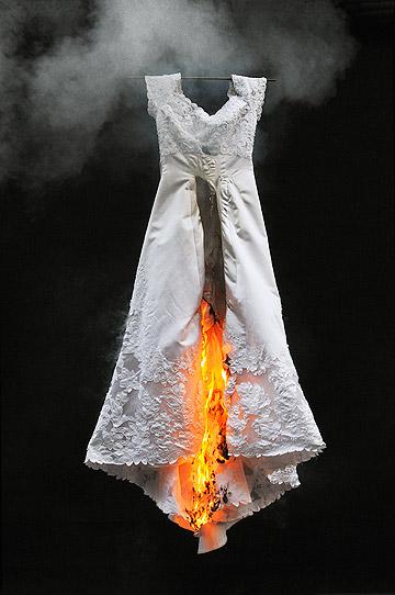 בלו סימיון פיינרו, ''אין''. ביקורת נוקבת על שמלת הכלה הלבנה