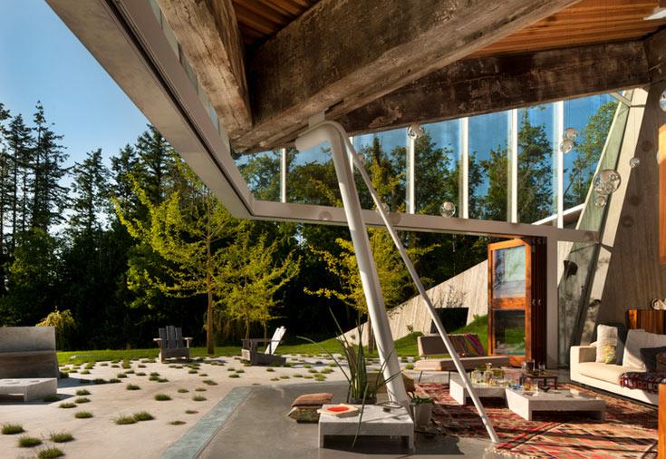 בית שתכנן ארבל בעיר חוף דרומית לוונקובר. דלתות אקורדיון עשויות זכוכית כמו נעלמות עם פתיחתן, ומבטלות את הגבול שבין פנים וחוץ